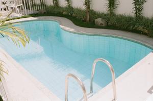 Caixa acústica pedra próximo a piscina