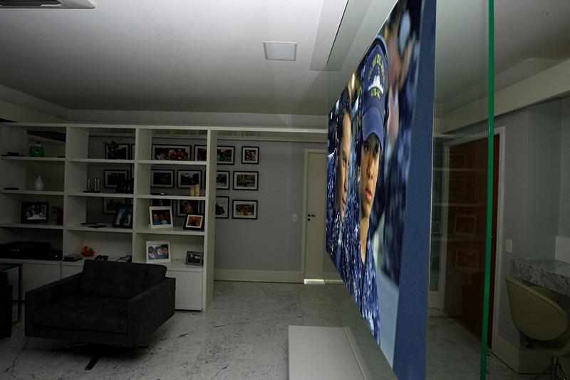 tela translúcida, capaz de exibir imagens dos dois lados frente