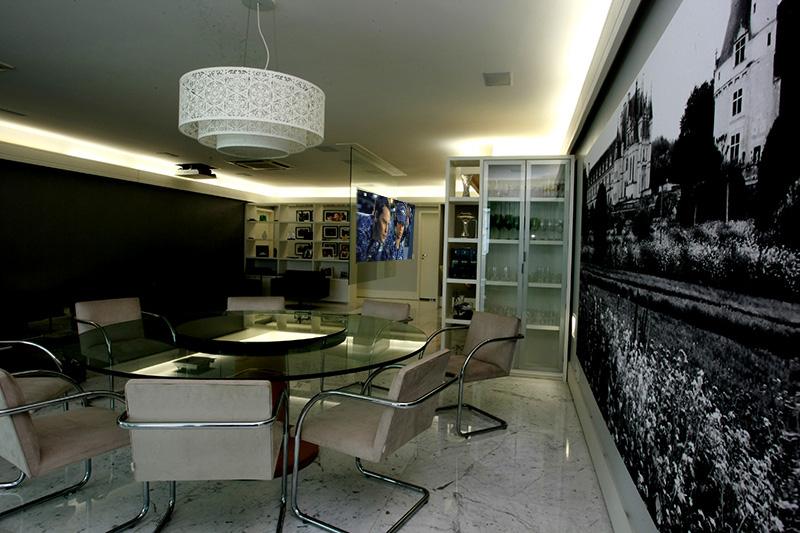 tela translúcida reproduz as imagens vindas do projetos Full-HD